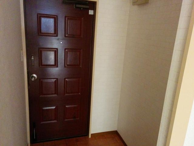 玄関の棚やコート掛け、シューズラックを無印の「スチールユニットシェルフ」で組み立てる