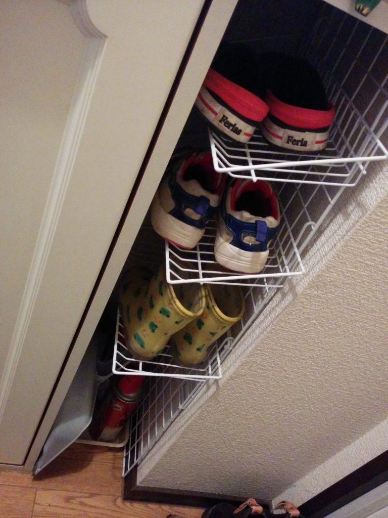 ワイヤーネットを縦に置いてワイヤーラックをひっかければ簡易の子供用の靴棚が完成