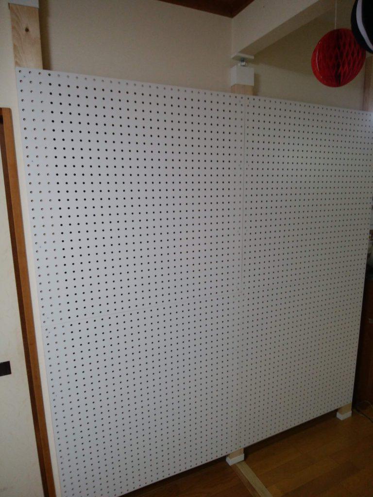 「ラブリコ」と「ツーバイフォー材」「有孔ボード (ゆうこうボード)」を使って、壁一面DIY