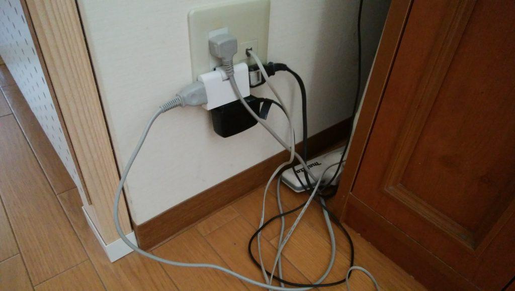 冷蔵庫と掃除機、空気清浄機、延長用のタップを接続していてこのありさま
