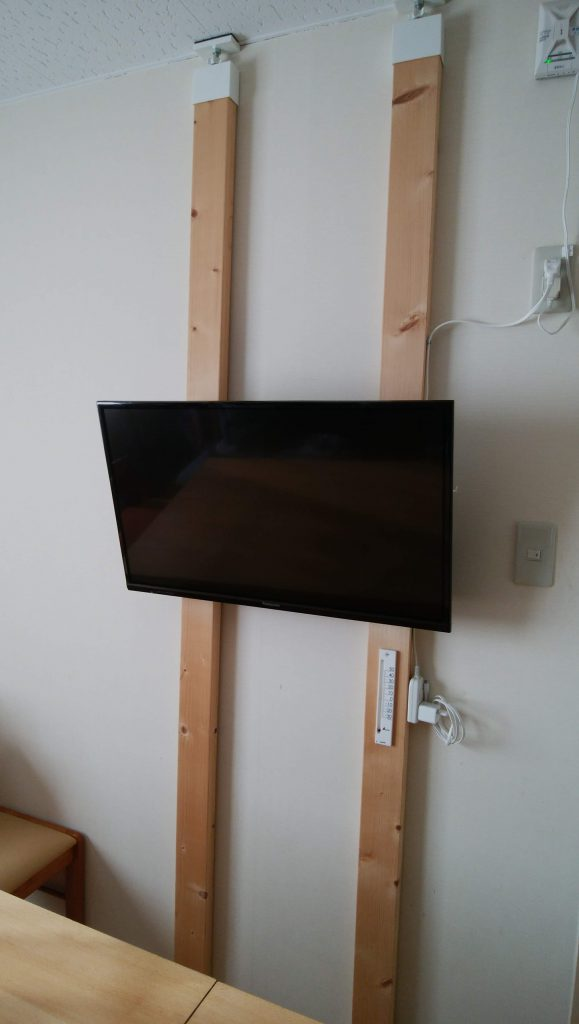 テレビをラブリコ (突っ張りアジャスター)とツーバイフォー材、テレビ用壁掛け金具を使用して、壁掛けに