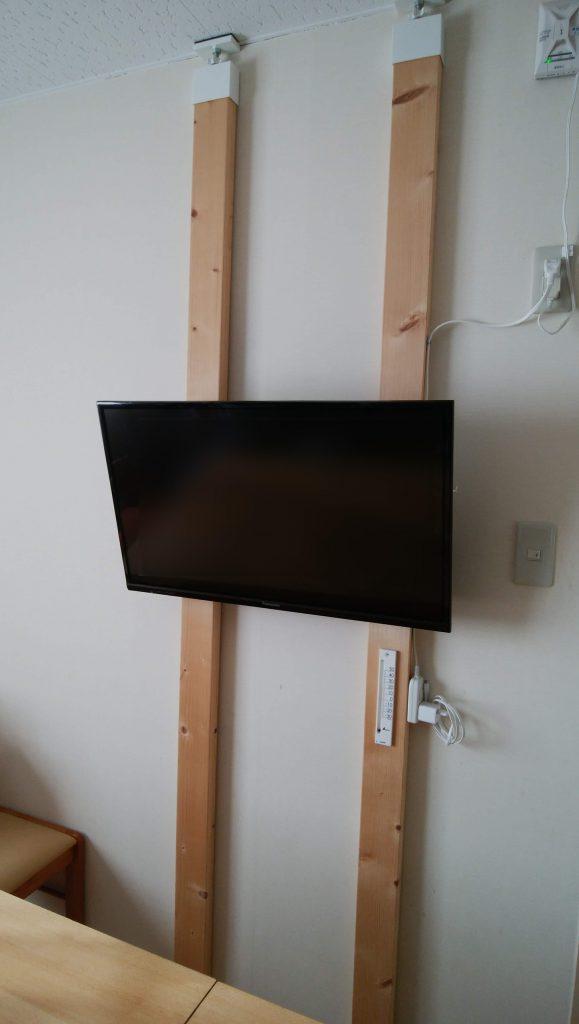 「ラブリコ」と「ツーバイフォー材」「テレビ用壁掛け金具」を使ってテレビを壁掛けに