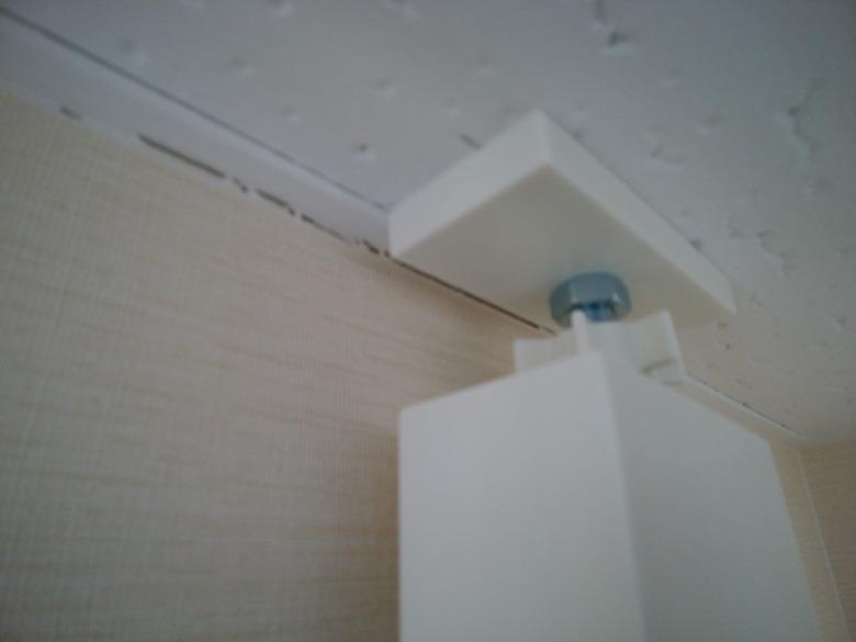 石膏ボードが引っかかっているプラスチックと壁の間に隙間が