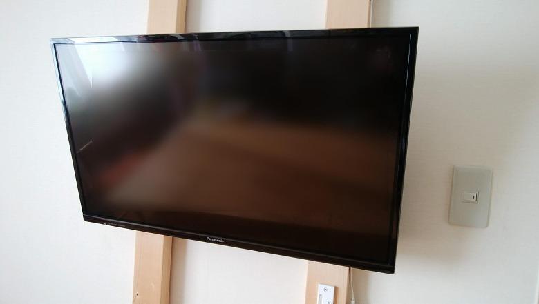 壁に賭けたテレビ